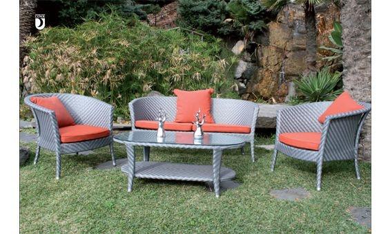 Complemente su terraza o jardín con este bonito conjunto de Majestic Garden, compuesto por dos sillones, un sofá de dos plazas y mesa baja. Ideal para los momentos de relax y descanso al aire libre. Está fabricado en rattan sintético de color gris, el cual le garantiza una mayor durabilidad y comodidad en limpieza.