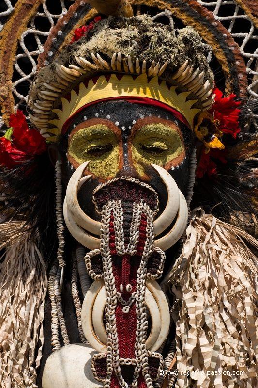 Homme Abilam en tenue de sing sing au village de Apangai - Rives du fleuve Sepik - Papouasie
