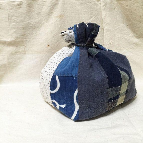Si tratta di Kome-bukuro (stile del sacchetto di riso giapponese). Questa piccola borsa fatta da materiale antico kimono ed è cucita a mano. Era di un materiale molto prezioso, il molti cotone tintura indaco Kasuri vintage in Giappone. Unico nel suo genere! Si è fatto di patchwork, Sashiko e ha design meraviglioso! Godere!!  * Dimensioni Lunghezza: 25 cm / 9,8 inc Larghezza: 25 cm / 9,8 inc Profondità: 15 cm / 5,9 inc   * Visita il negozio giapponese di BORO → www.japaneseboroshop.etsy.com