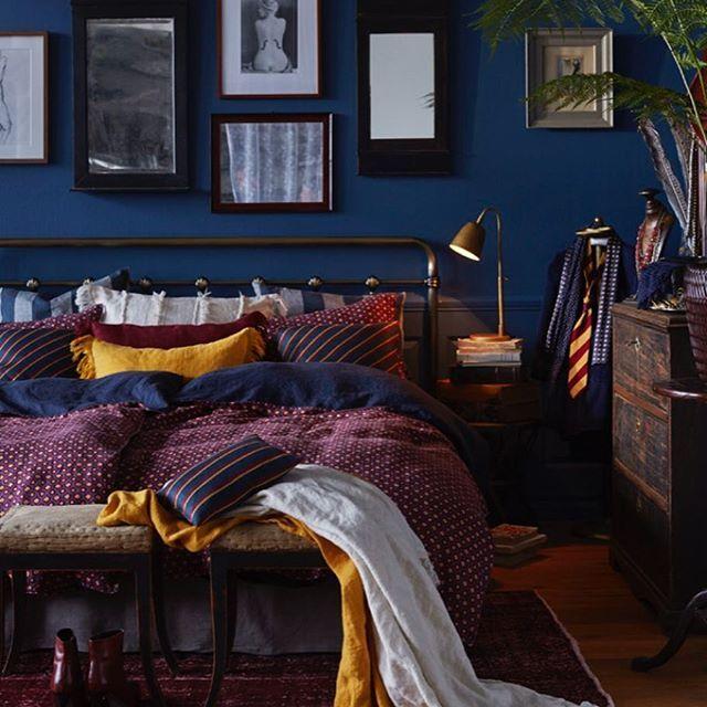 Höstmurr på ingång. Den blå väggen dyker upp lite här och där nu! Varför inte lite lila sängkläder att försvinna i också. Plötsligt är hösten komplett. Så här tycker Himla i samarbete med Sköna hem att vi ska tillbringa hösten. #apartmenttherapy #bedroominspo #sovrum #höst