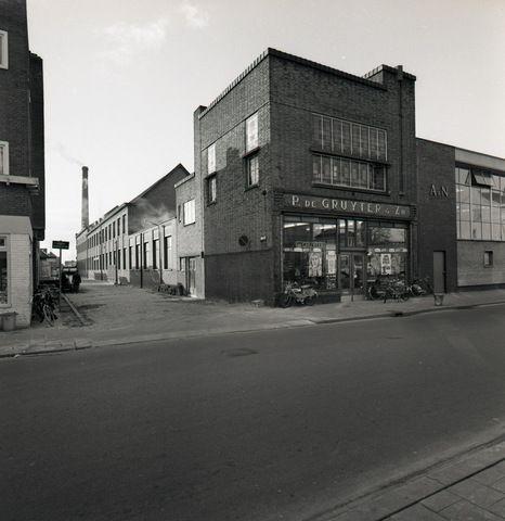 1960, filiaal de Gruyter aan de Gasthuisring nr. 5 (voorheen Gasthuisstraat). Het is gebouwd in expressionistische stijl met kenmerken van de Amsterdamse School.