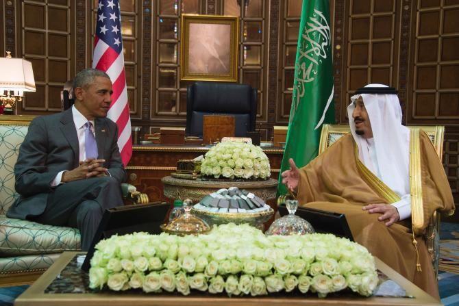 """Obama tiba di Arab Saudi pengguna media sosial sontak bereaksi  RIYADH (Arrahmah.com) - Saat Obama tiba di Arab Saudi dalam rangka kunjungan sehari ke negara itu sontak pengguna media sosial bereaksi  """"Obama akan membungkuk di depan majikannya lagi"""" kata salah satu pengguna Twitter sebagaimana dilansir Al Bawaba Rabu (20/4/2016).  """"Presiden negara rasis tidak akan disambut dengan baik sebagaimana mahasiswa Saudi yang tidak disambut dengan baik di negara Anda"""" tulis yang lain yang kemungkinan…"""