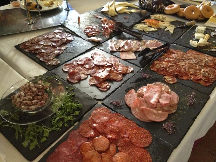 """Desayuno Buffet con variedad de embutidos en """"Café del Infante"""". Villaviciosa de Odon (Madrid)"""