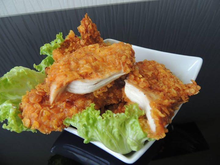 """Poulet façon KFC --- """"Ingrédients:  1 c à c d'ail séché; 1 c à c d'oignon séché; 1 c à c et demi de paprika; 1/2 c à c de piment; Poulet; sel et poivre; 1 filet d'huile pimenté; Céréales cornflakes nature;  1 oeuf; un peu de lait; Farine."""""""
