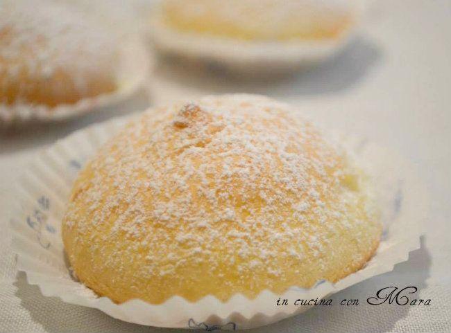 Le tette delle monache sono un dolce tipico di Altamura, che nella forma ricordano i seni femminile, farciti con una delicata crema diplomatica.