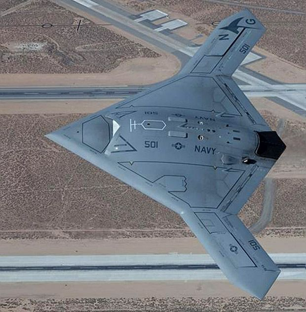 Este vehículo furtivo X-47B aéreo no tripulado (UAV) es del tamaño de un avión de combate, y podrá despegar y aterrizar desde la cubierta de un portaaviones.