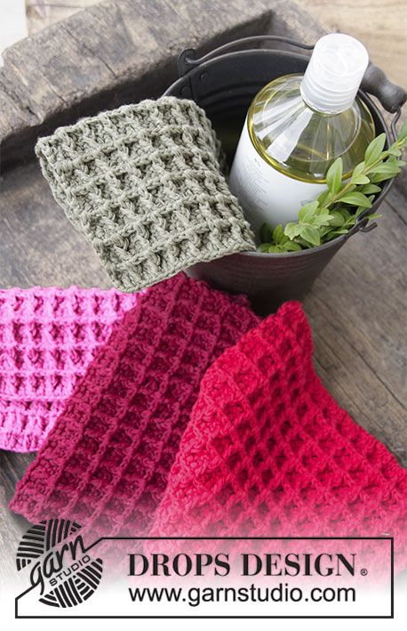 Crochet cloths with textured pattern for Christmas. The piece is worked in DROPS Cotton Light.