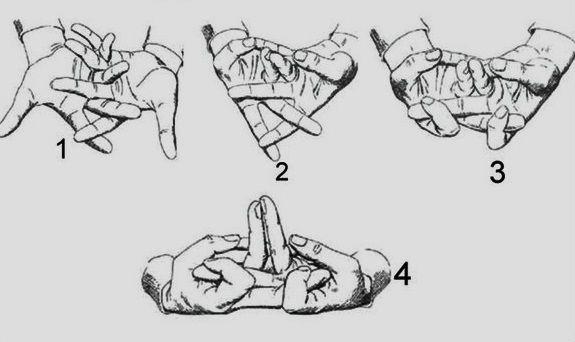 Мудра «Моление о счастье» Ее называют «Королевой среди мудр»! Эта мудра отгоняет от человека негативную энергию,Сложи пальцы, кроме больших, «гребешком». Большими пальцами начни оттягивать мизинцы противоположной руки. Безымянные пальцы поставь вертикально. Желательно, чтобы они соприкасались ногтями. А указательными пальцами захвати средние пальцы противоположной руки и тяни к центру ладони.