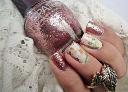 Floral Nails with glitter accents via #Malykoutekkrasy nailblogger. Pretty mani - bellashoot.com