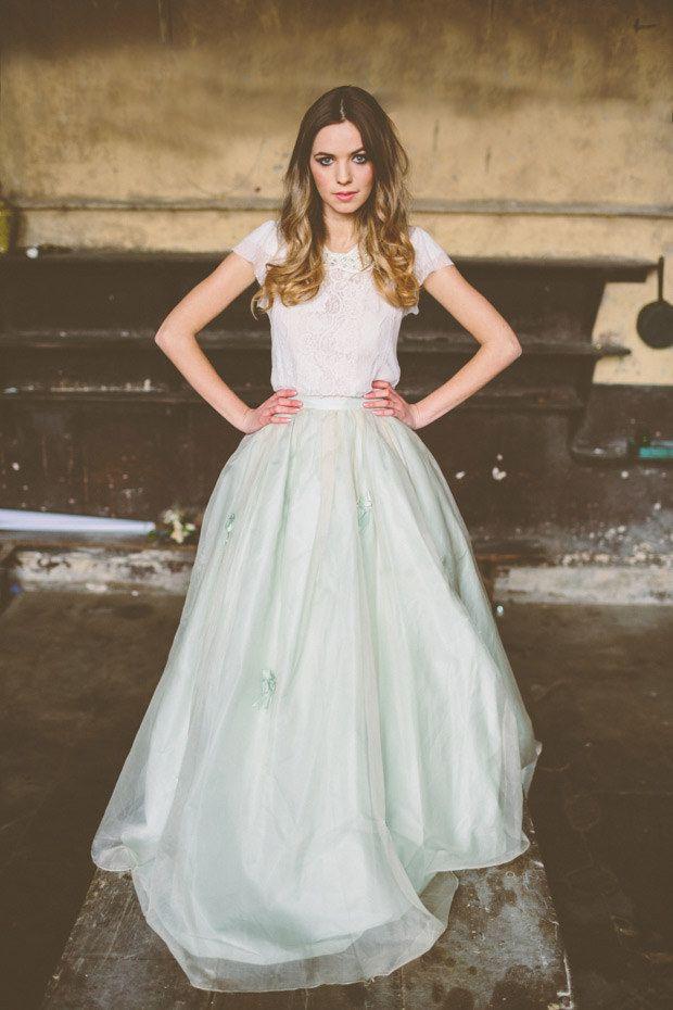 Esta falda larga con un toque de azul: | 36 vestidos de novia de dos piezas ultra glamorosos