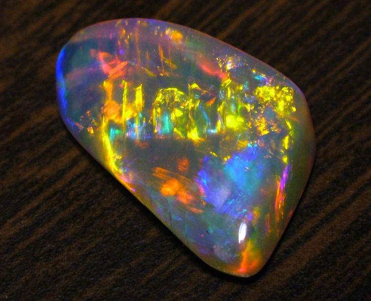 OPALA  Essa pedra é encontrada comumente na Austrália e no Brasil. A Opala é uma pedra delicada que possui poderosas vibrações. Melhora a consciência cósmica e induz as visões psíquicas e místicas.