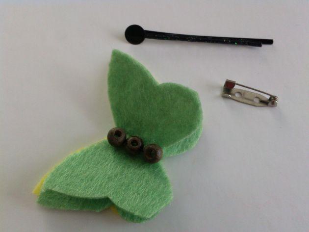 Descubre cómo hacer este hermoso broche con una mariposa de fieltro en este enlace: http://www.lasmanualidades.com/6111/mariposas-de-fieltro-para-broches-o-pinzas