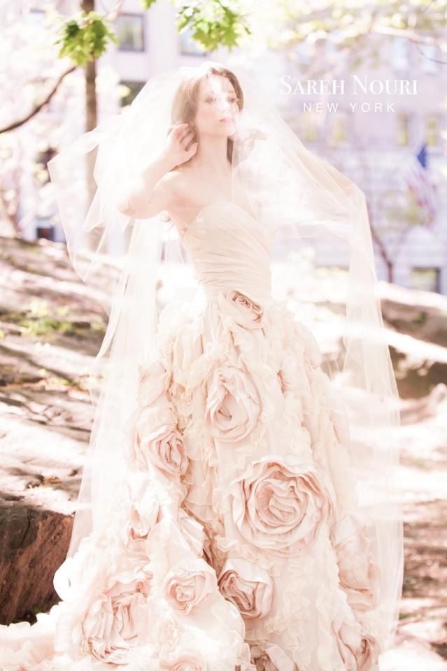 9 best dreaming feather wedding dresses images on for Peacock feather wedding dress vera wang 2009