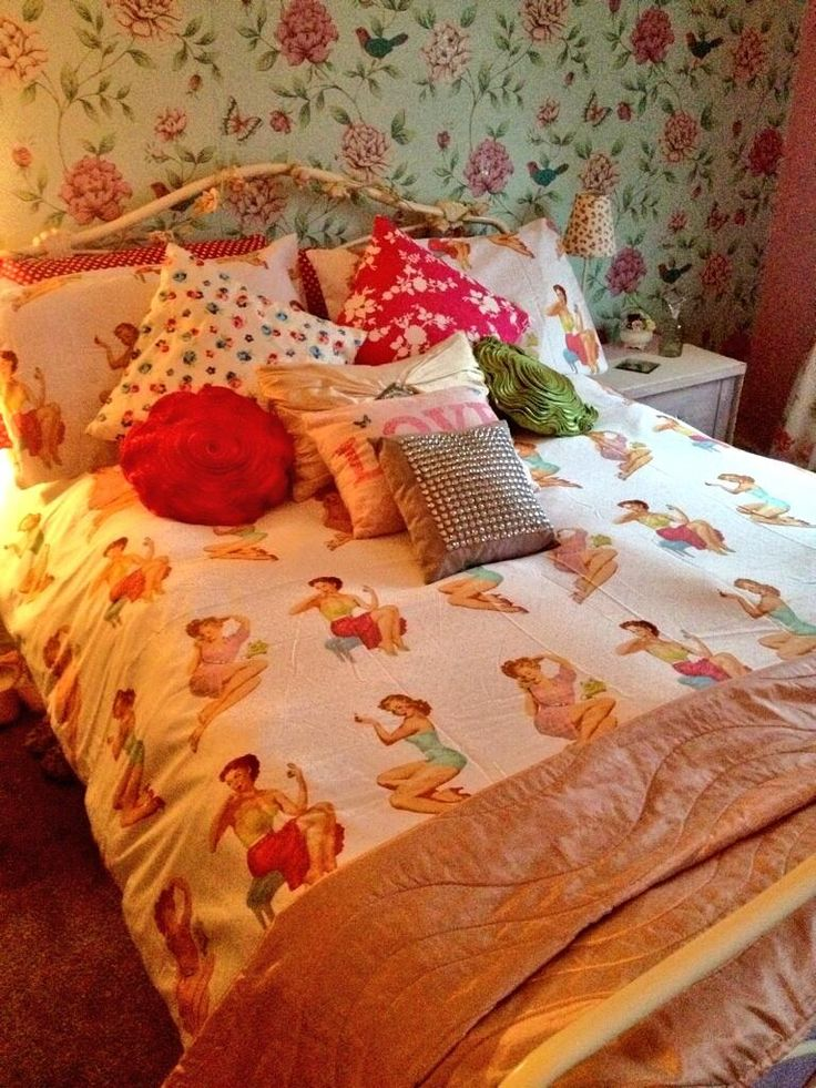 @Abiloolar: In ❤️with my new pinup girls quilt set #vintage @Asda pic.twitter.com/7mdZgkDche