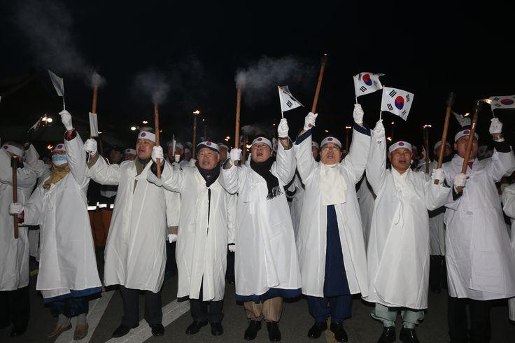 전국 최대의 청년유림(靑年儒林) 단체인 안동청년유도회가 제97주년 3.1절을 맞아 만세재현 등 다양한 기념행사를 펼쳤다. 안동 웅부공원에서 시민 1천여 명이 참가한 가운데 횃불 시가행진으로 그 날의 만세운동을 재현하였다.(2016.2.29.)