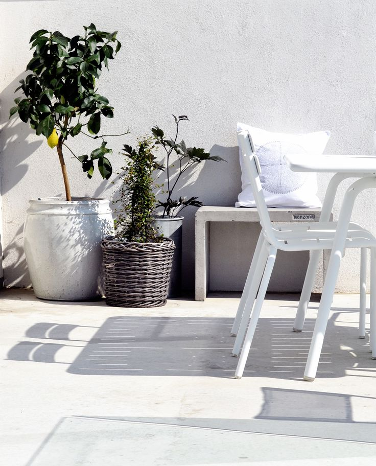 #Terrasse avec chaise et table #Luxembourg #Blanc coton #Fermob www.fermob.com / #white #outdoor