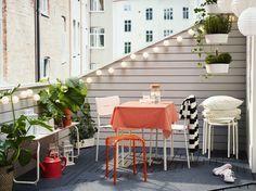 Piccolo tavolo pieghevole, panca e sedie da giardino, tutto in bianco. Sgabelli per gli ospiti, lanterne, cuscini e coperte – IKEA