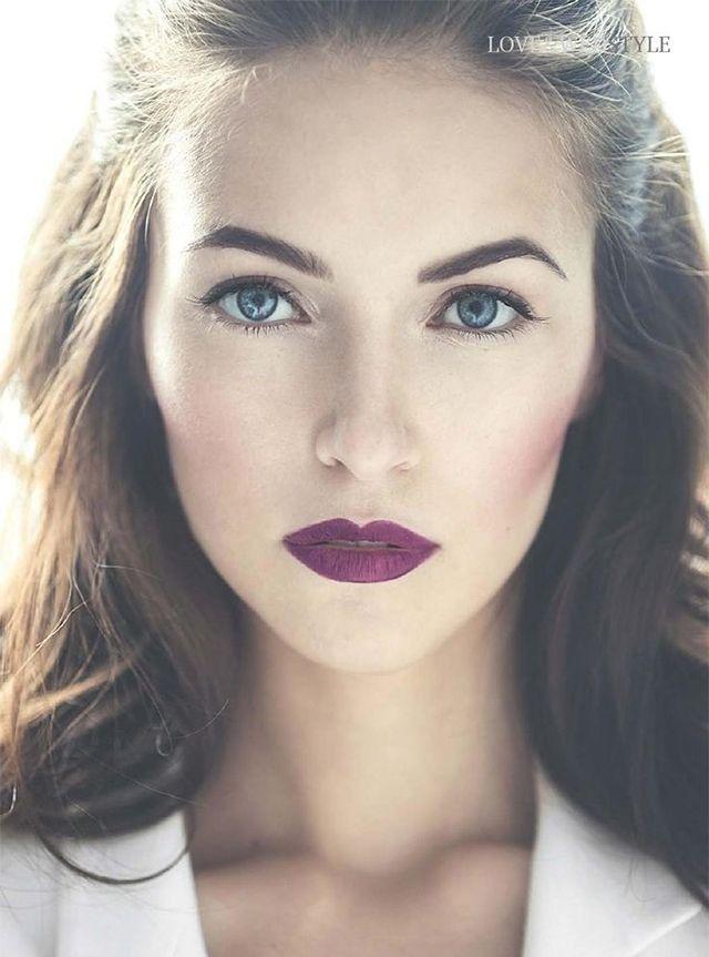 Maquiagem com contorno marcado, batom magenta e iluminação no cantinho do olho que dá um toque mara