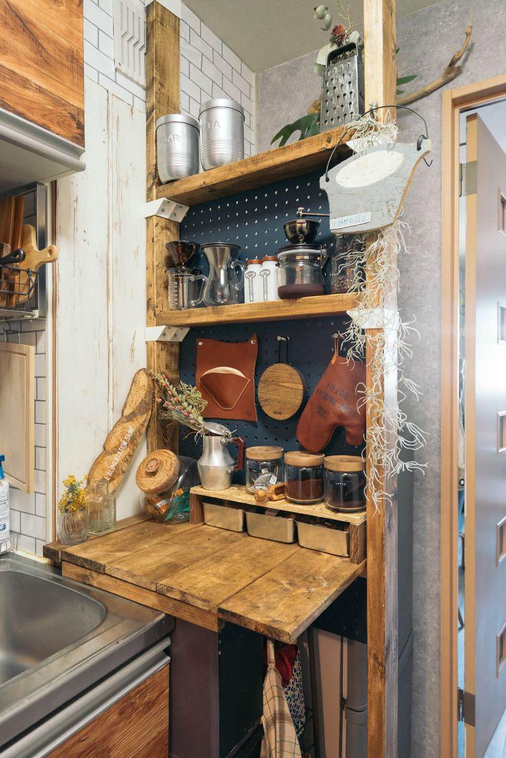 冷蔵庫とキッチンの間の微妙な隙間も 天井と床とでつっぱるキットを買って収納を自作 このお部屋はこちら 狭いキッチン レイアウト キッチンレイアウト 狭い キッチン