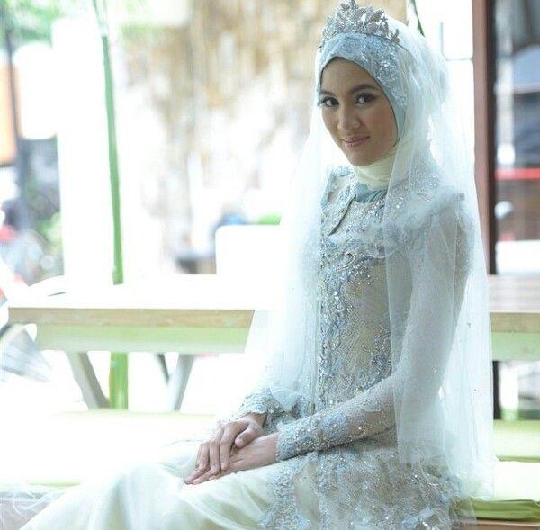 Kebaya hijab by ferry sunarto #kebaya #kebayamodern #indonesia #ferrysunarto #designer #designerindonesia #pernikahan #wedding #hijab #fashion #alyssasoebandono