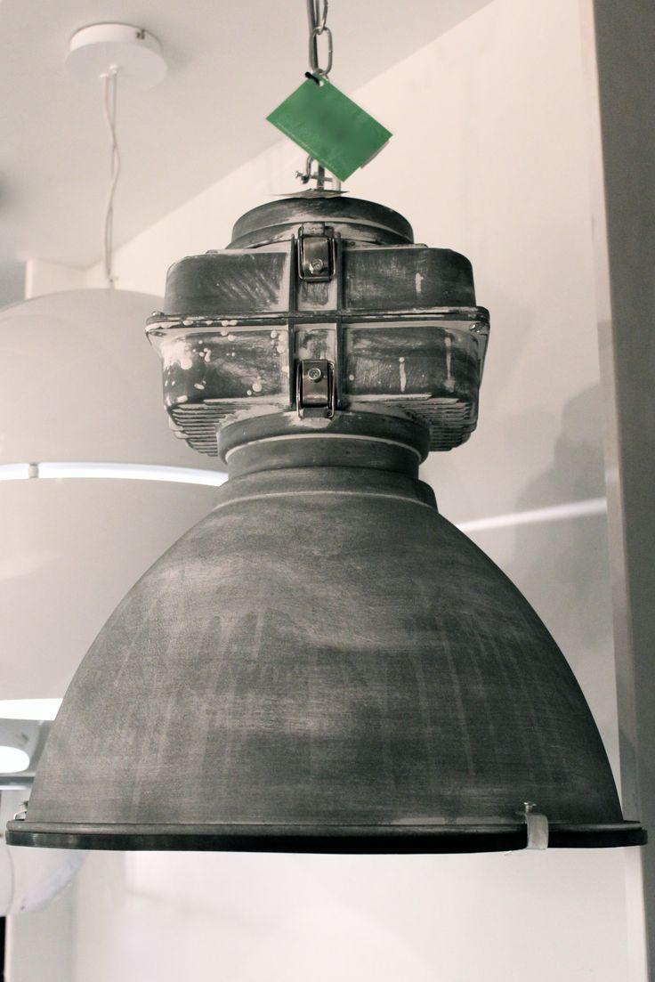 Op zoek naar een stoere hanglamp met beton look? Zoek niet verder, de…