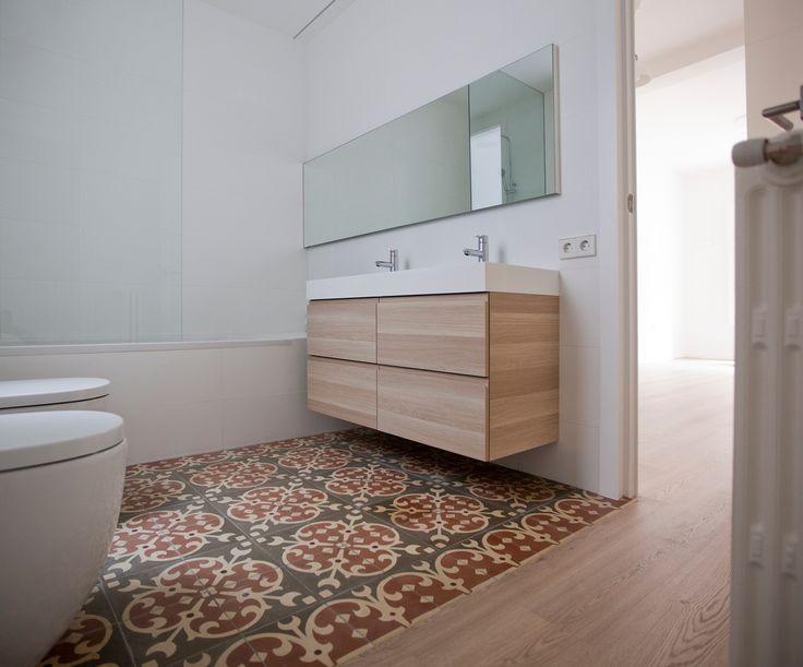 Muchas luces - AD España, © Ibán Ramón En el baño principal, el mueble del lavabo es de Ikea y, para la iluminación, se optó por instalar una sutil línea de luz que recorre el techo y el perímetro del espejo. Foto Ibán Ramón