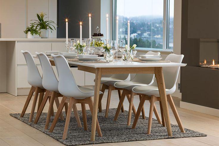 Hvitlakkert bordplate, ben i  heltre eik  L:190 B:100 H:76 cm. Kan bli 290cm ved bruk av tilleggsplater, -kjøpes separat.