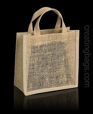 Modelo Iron una bolsa de arpillera con rejilla y fuelle. Te permite mostrar el contenido y guardar muchas cosas. Es resistente, totalmente ecológica y biodegradable