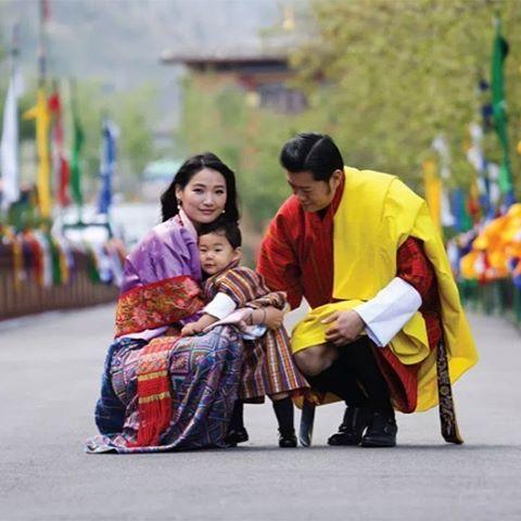 El pequeño Heredero de Bután ya sabe que como en los brazos de mamá en ningún sitio. El Príncipe Dragón, el alma del país más feliz del mundo, protagoniza junto a los Reyes la preciosa foto del mes de mayo del calendario oficial en conmemoración de su bautismo #reyesdebutan #royals #butan #reyes #bhutan #rey #principe