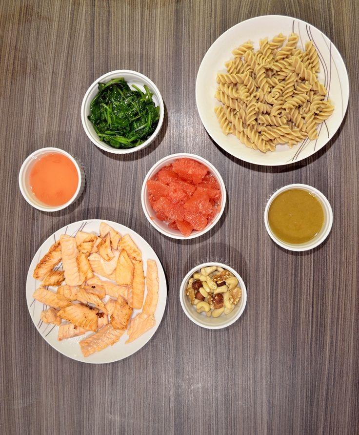 Taste me! Eat me!: Razowy makaron z łososiem, szpinakiem, grejpfrutem...