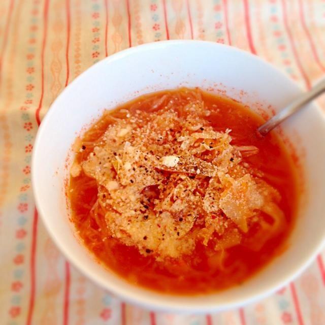 クックパッドからお知恵拝借。ザワークラウト、水、コンソメを煮込み、トマトペーストを加えて仕上げに粉チーズとコショウ。 トマトペースト入れすぎたのか酸味が強すぎた。 - 26件のもぐもぐ - ハンガリー風ザワークラウトスープ by exmt1or8
