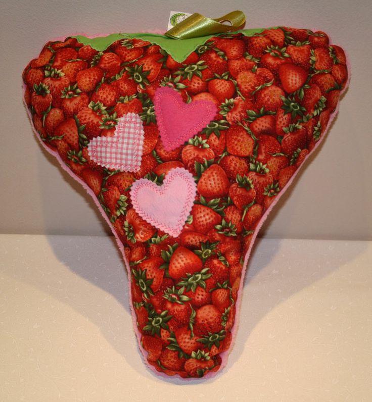 Strawberry pillow - Eperpárna http://www.masnimesi.net/products/piros-potyi-macska-parna/