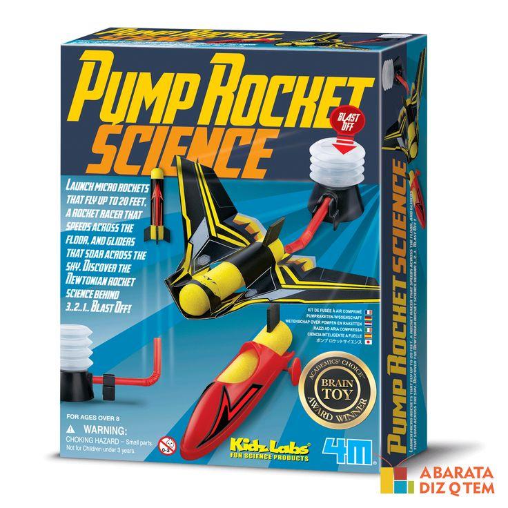 """Kit Lança Foguetes - Pump Rocket - Imagine o quão legal deve ser brincar de mandar o seu próprio foguete para o espaço! O Kit Lança Foguetes permite isso e muito mais… Além de os foguetes serem lançados a até 6 metros, a velocidade também está no carro de corrida super veloz que passará """"voando"""" pelo chão e, para completar a equipe, planadores ultra modernos viajarão pelo céu."""