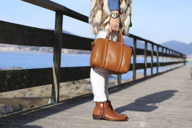 Camel #look #fashion #modavigo #bowling #camel #purificaciongarcia #jeansblancos #chalecopelo #flecos #botines #uterque