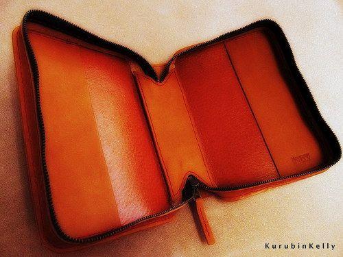 手縫いの聖書カバーは、ゴールデンキャメルの革に赤いステッチ
