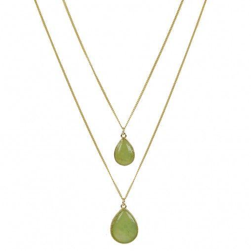Gouden dubbele ketting met een twee lime groene druppelvormige stenen als hanger. De korte ketting is 40 cm lang en de lange 60 cm lang. Ze kunnen ook los van elkaar gedragen worden.
