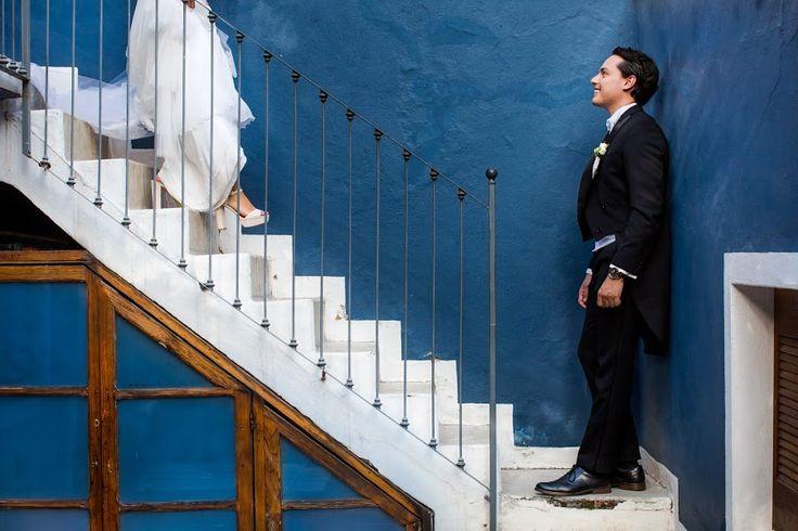 Свадебный фотограф William Lambelet (lambelet). Встреча жениха с невестой. Цветовой контраст дополняет этот момент и конечно же эмоции жениха. Использован искусственный свет