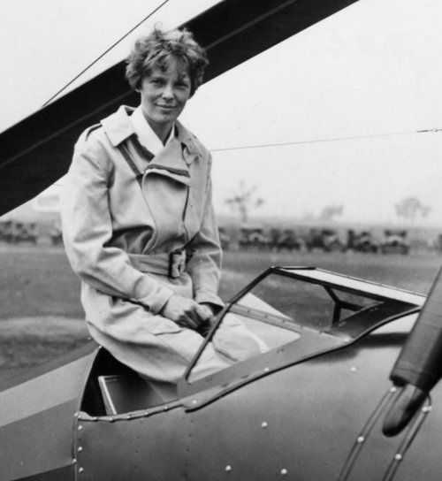 "a biography of amelia earhart the first female aviator Earhart flew solo in 1921, bought her first airplane, a kinner airster, in 1922, and wasted no time in setting a women's altitude record of 4,267 meters (14,000 feet) in 1923, earhart became the 16th woman to receive an official fédération aéronautique internationale pilot license,"" the sasm site stated."