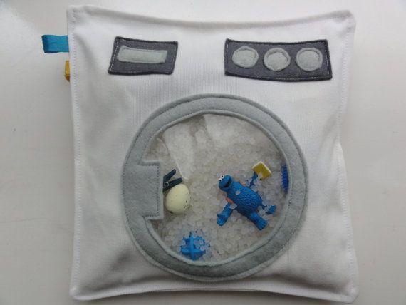 Zoekzakken zijn stoffen zakjes/kussentjes van 20 bij 20 cm met een klein venstertje erin. Ze zijn gevuld met plastic korrels en 20 kleine leuke