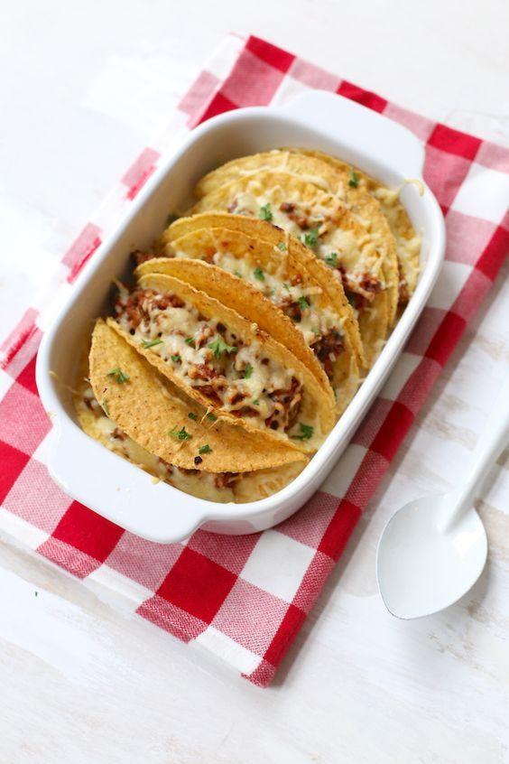 Taco's met gehakt: 150 gr gehakt 1 paprika 1 ui 1 teen knoflook halve prei 3 el tomatenpuree 6 tacoschelpen handje geraspte kaas