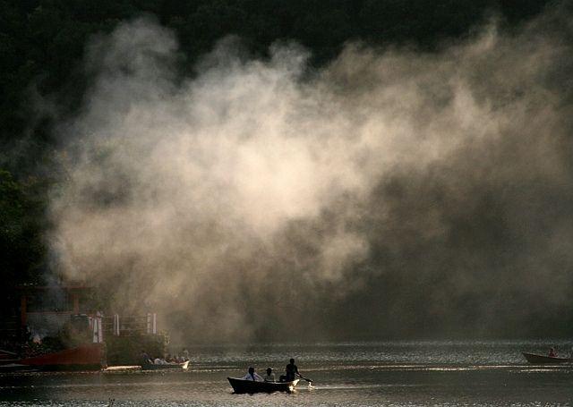 Lakeside, jez. Phewa , Pokhara, dymy ze świątyni Barahi, NEPAL
