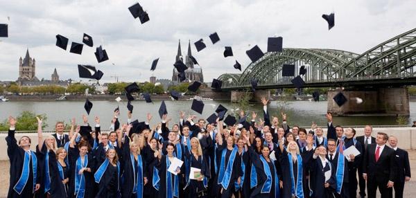 Die neue Homepage der FHDW - Fachhochschule der Wirtschaft - ist online - und zeigt nun auf der Startseite eine feierliche Bachelor- Abschluss- Situation!