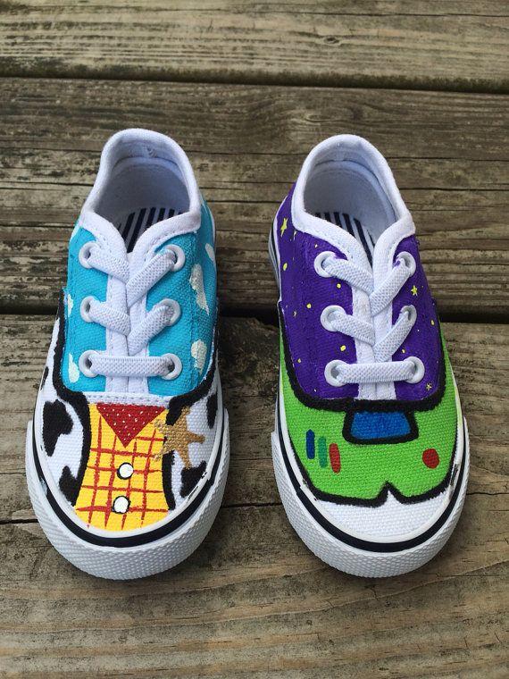 zapatillas de lona blancas y dibujarles diseño de Buzz