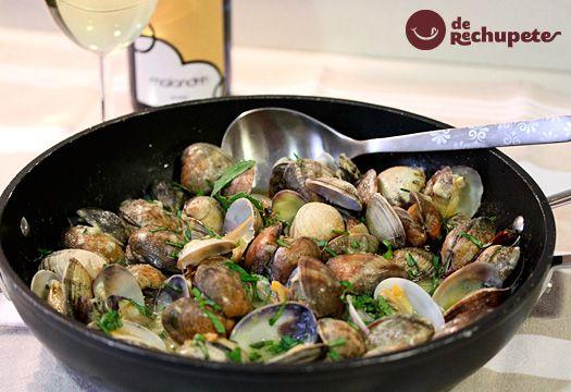 Una receta con todo el sabor a mar de Galicia. Almejas a la marinera o en salsa verde, dos clásicos de la cocina española para Navidad y tus fiestas especiales. Preparación paso a paso, fotos y consejos.