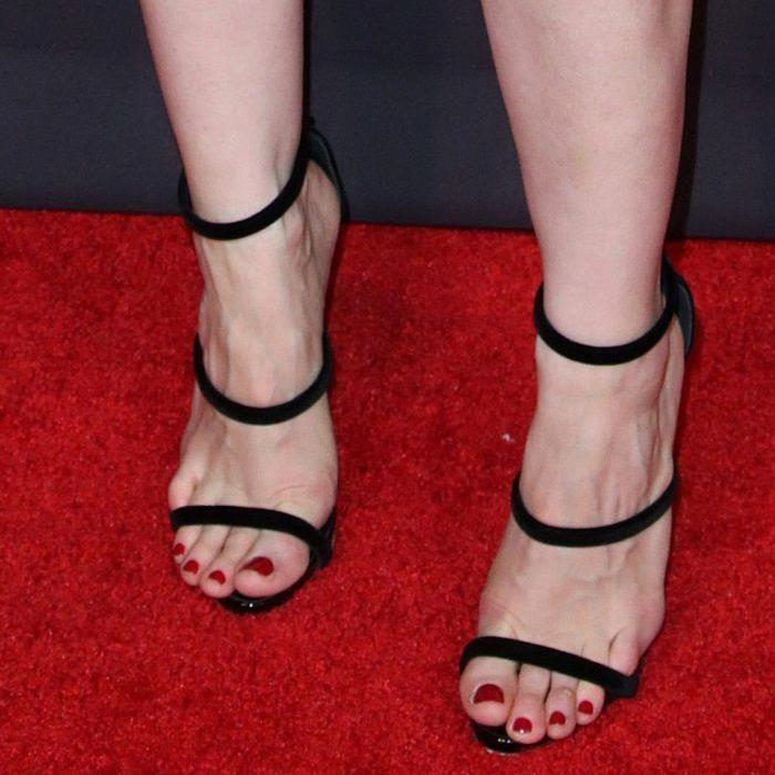Jessica Chastain Showing Off Her Feet In Giuseppe Zanotti S Harmony Velvet Sandals Giuseppezanottiheels Velvet Sandals Sandals Sandal Hotel