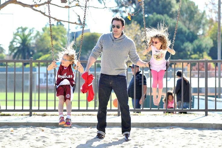 Ben Affleck- Seraphina και Violet: O τρίτεκνος πλέον Affleck ασχολείται πολλές ώρες και με τις κόρες του αλλά και με τον μικρό του γιο, αναλαμβάνοντας την διασκέδασή τους αλλά και τις εξωσχολικές τους υποχρεώσεις.