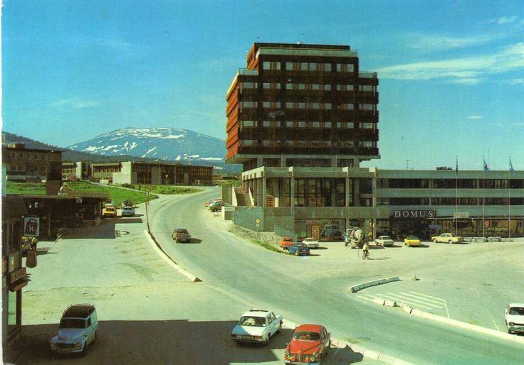 Hedmark fylke TYNSET kommune MANGE BILER VED RÅDHUSET. STMP. 1976 Utg Alvdal Foto