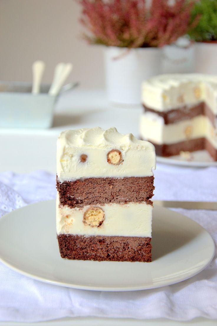 Porción de tarta helada casera. Bizcocho de chocolate, helado de nata y bolitas de galleta
