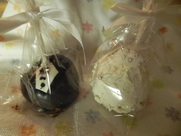 Bride and Groom Cake Pops!!!  Best wedding favor in the history of the World!