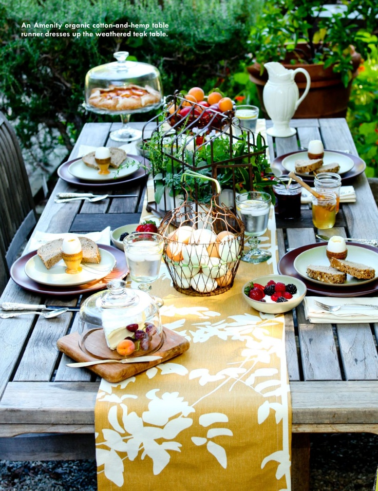 Outdoor rustic easter party table setting festive ideas for Breakfast table decor ideas